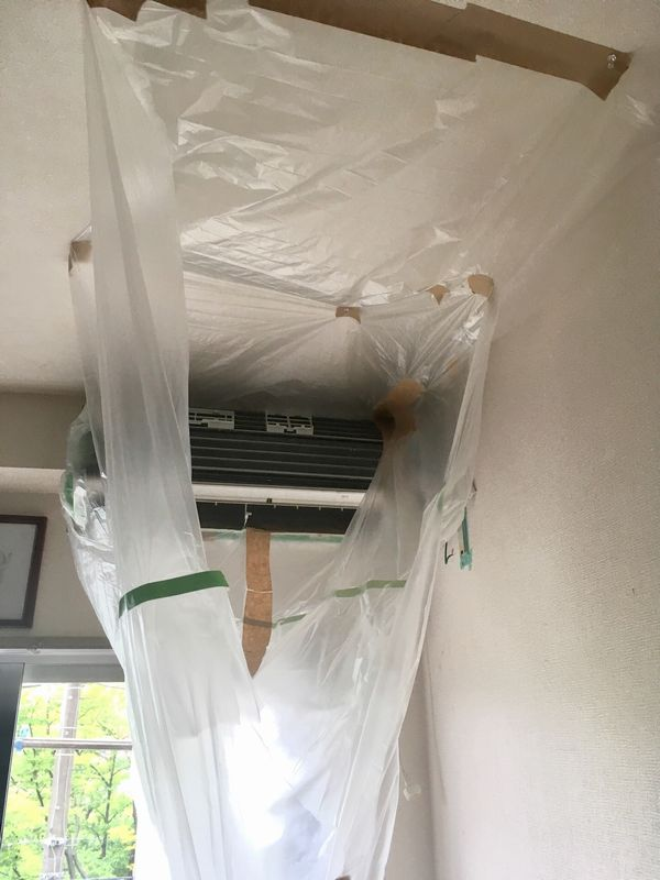 ゴキブリ対策にDIYでエアコンの分解洗浄をする様子