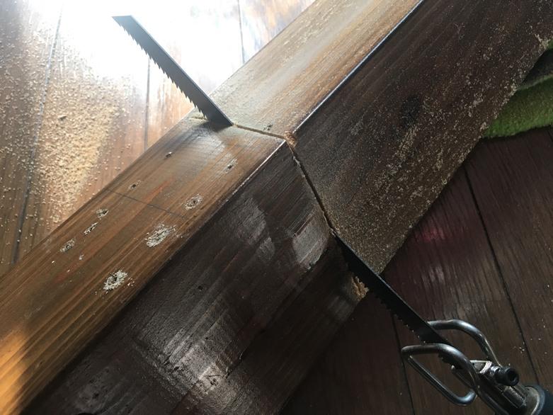 レシプロソーで木材を捨てるために切っている場面