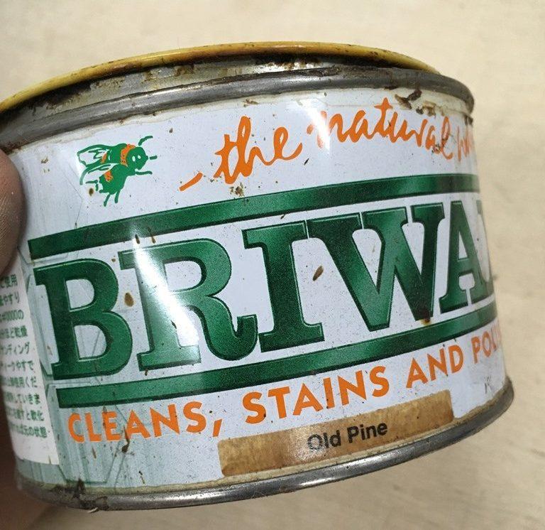 ブライワックスのオールドパインの缶を開けて使う場面