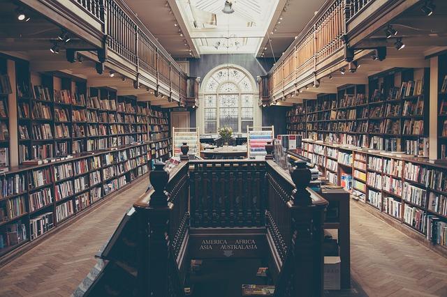 ライトでオシャレになった本棚