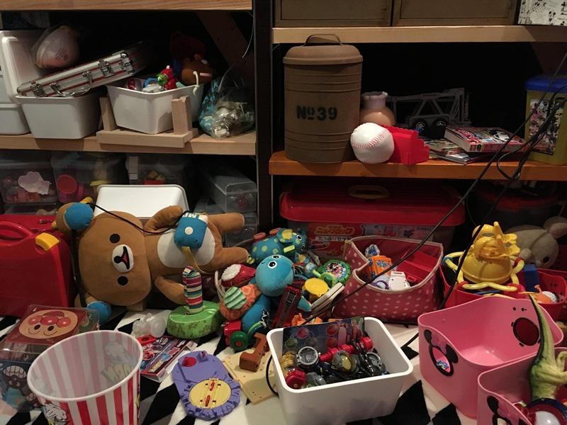 おもちゃで散らかった部屋の様子
