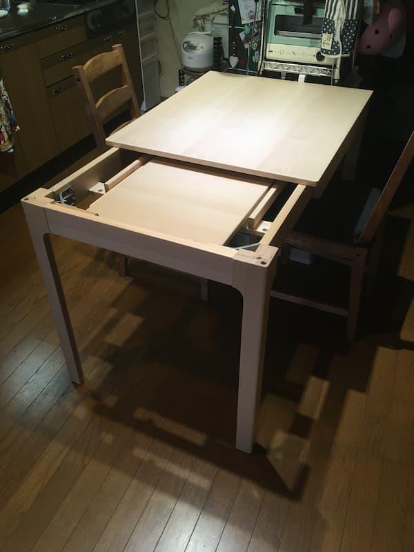 IKEAの伸縮式ダイニングテーブル『エーケダーレン』を伸ばしいる最中