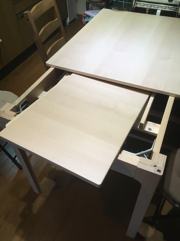 IKEAの伸縮式ダイニングテーブル『エーケダーレン』の天板をしまう様子