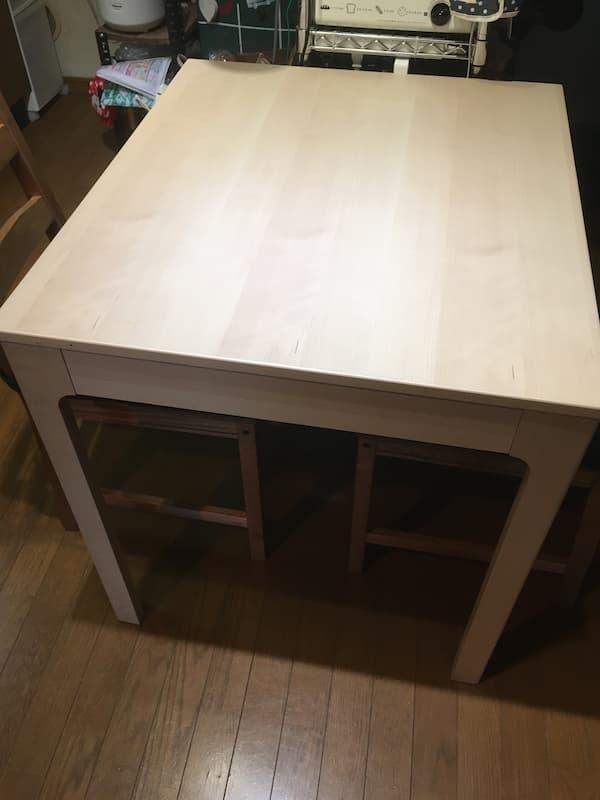 IKEAの伸縮式ダイニングテーブル『エーケダーレン』を縮めた様子